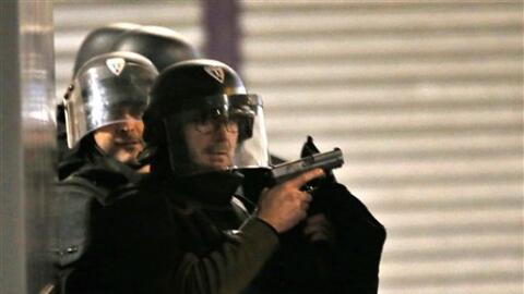 Policías buscan a los sospechosos de los ataques terroristas.