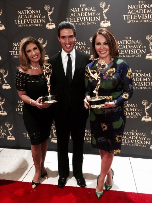 María Elena Salinas y Teresa Rodríguez sostienen premios Emmy obtenidos...
