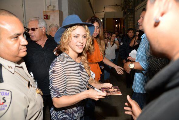 ¡A nadie le negó una sonrisa! También regaló autógrafos a todos los fans...