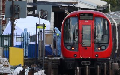 Equipo de foresnes recogiendo evidencias en el vagón del metro de...