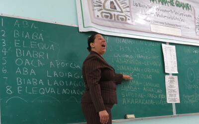 Una maestra da clases en una escuela de San Lorenzo.
