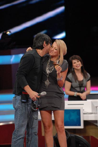 Todas las juezas pasaron al escenario para darle un fuerte abrazo a Rub&...