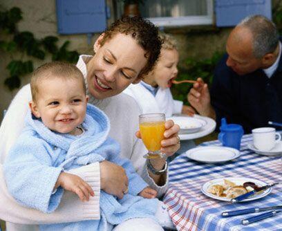 """Mito 4: """"Los niños necesitan beber jugo"""". Esta bebida no contiene proteí..."""
