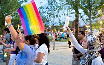 Las diferentes religiones de Orlando se reunieron en una vigilia el d&ia...