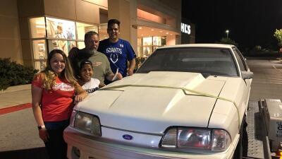 Sorprenden a su padre con el Mustang que vendió hace 17 años para pagar el tratamiento contra el cáncer de su madre