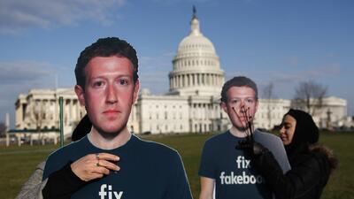 Un 'ejército' de Mark Zuckerbergs aparece frente al Capitolio (fotos)
