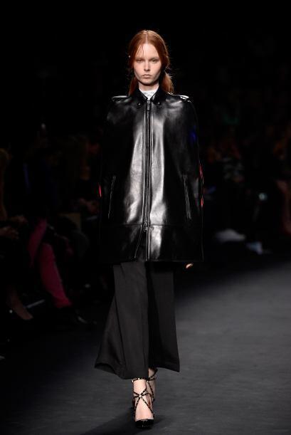 Valentino añadió un toque masculino a esta chaqueta de cuero.