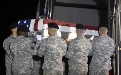 Soldados cargan el ataúd de un compañero caído en a...