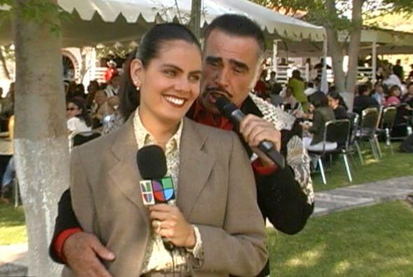 Vicente Fernandez la sorprendió mientras grababa su reportaje y le canto...