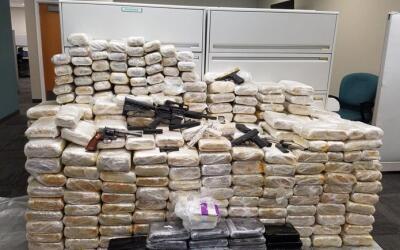 Cargamento de narcóticos y armas decomisado en dos almacenes p&ua...