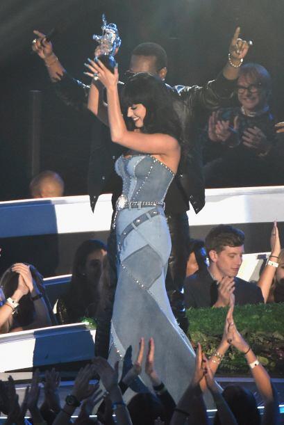 Katy Perry podrá tener la delantera más grande y natural, pero por atrás...