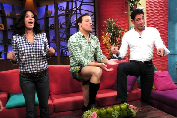 Raúl pronto se olvidó de la pena y se puso en bailar en calzones.