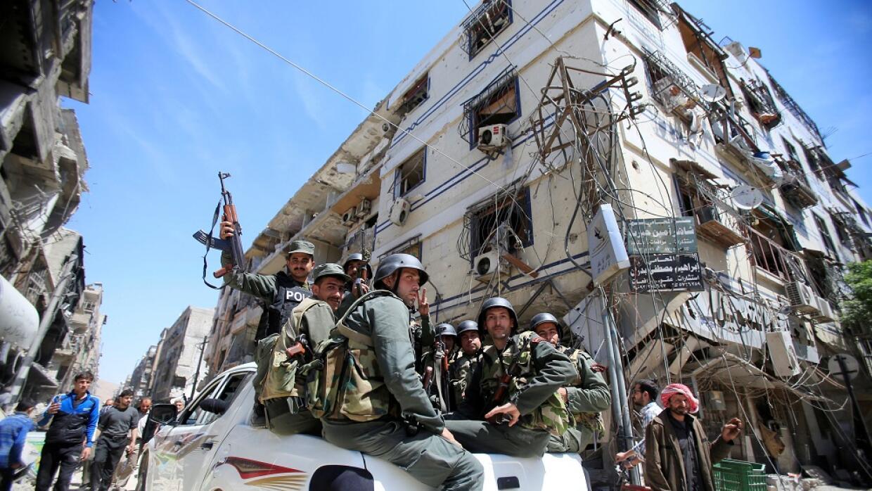 Miembros de la Policía siria en la ciudad de Duma, Siria, el 16 de abril...