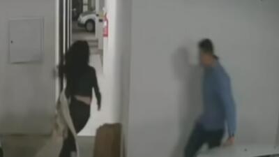 Persiguió a su esposa en el estacionamiento de su casa y acabó matándola a golpes