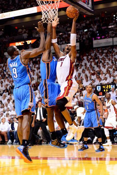 Chris Bosh y Miami se fueron al frente 59-49 al medio tiempo, el campeon...