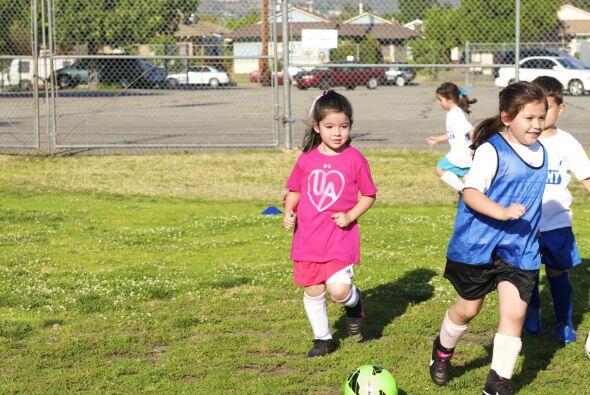 Daniela ya tiene 5 años y se encuentra en el campamento de Soccer, donde...