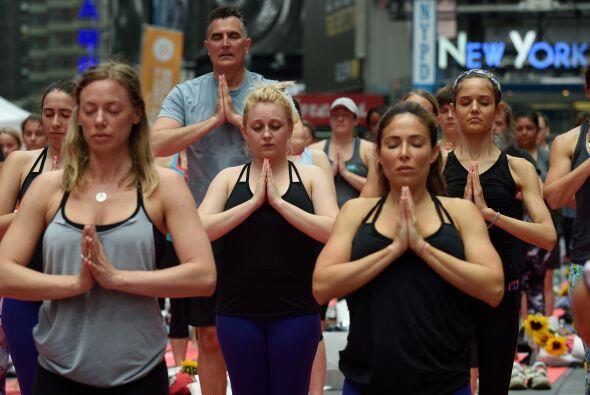 Practicantes de Yoga en Times Square. Muchos creen que el yoga, una form...