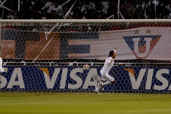 Paul Ambrosi de Liga corre festejando el primer gol de su equipo en la g...