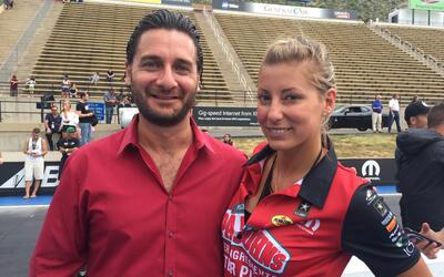 Jaime Gabaldoni  y la piloto del NHRA Top Fuel, Leah Pritchett.