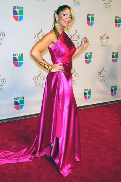 Pasamos con las de rosa. Melina León en este modelito rosa satinado.