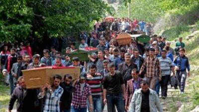 Pobladores de Soma, ubicadoen la provincia de Manisa, entierran a los m...