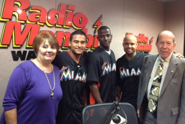 """Los peloteros de los Miami Marlins visitaron """"En Caliente"""", el programa..."""