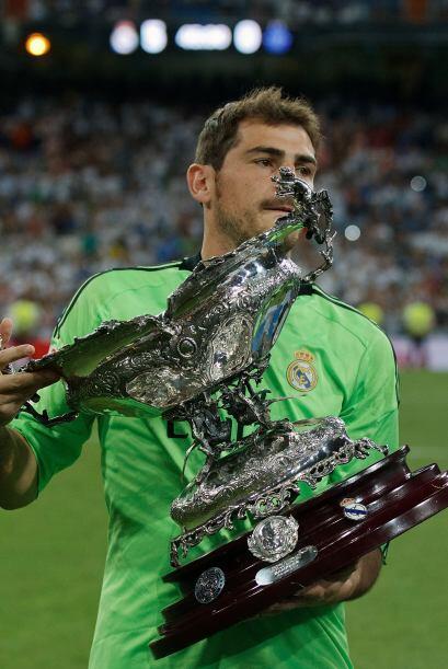 Iker Casillas ofrece el trofeo a la afición madridista que vivió una fie...