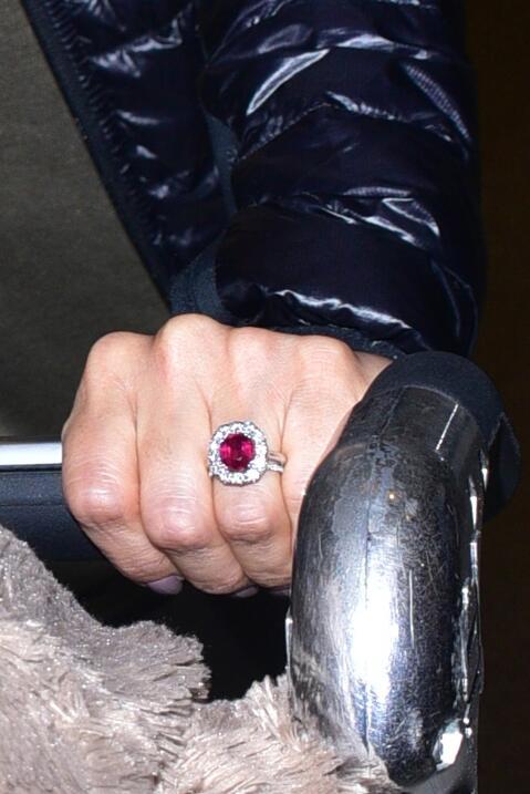 Eva nos muestra su anillote en el aeropuerto.
