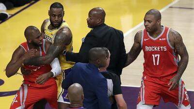 Lebron James: derrota y bronca en su debut de NBA con Lakers en Los Ángeles