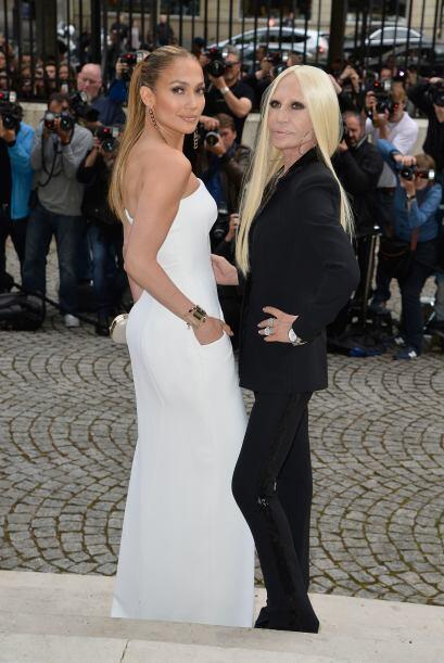 La cantante posó al lado de Donatella, y estuvo presente en el desfile d...
