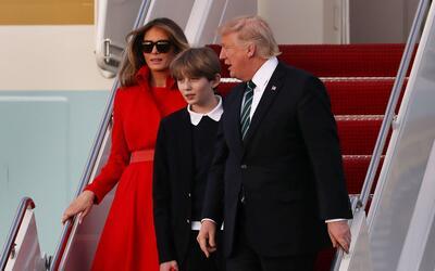 El presidente Donald Trump con su hijo Baron y su esposa, Melania, desce...