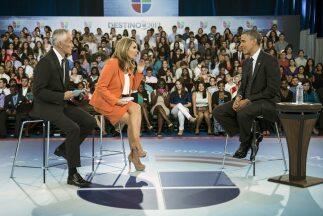 El presidente Barack Obama junto a los periodistas Jorge Ramos y Mar&iac...