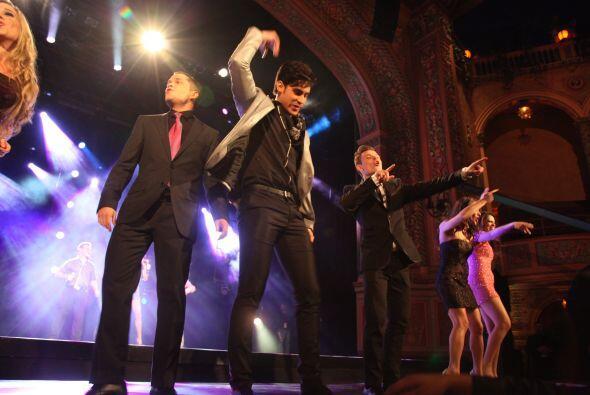Alex junto a sus compañeros bailaron el coro de la canción oficial del '...
