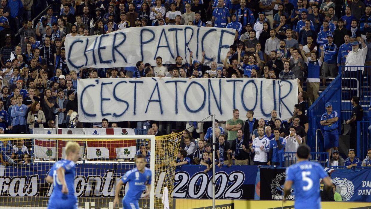 La bandera dedicada a Patrice Bernier.