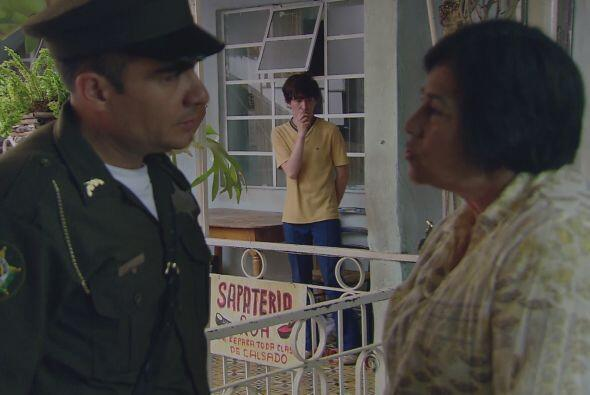 Pero una de sus vecinas le dice a la policía que el joven que abrió la p...
