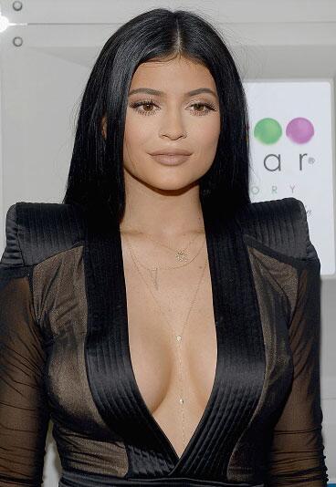 Kylie con un atuendo bastante escotado.