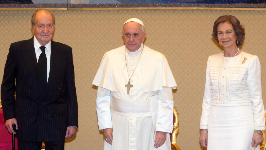 Pope Francis (C) poses with Spain's King Juan Carlos (L) and Queen S...