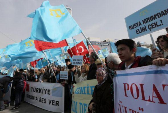 Ahí decenas de personas empuñaron banderas ucranianas y turcas en contra...