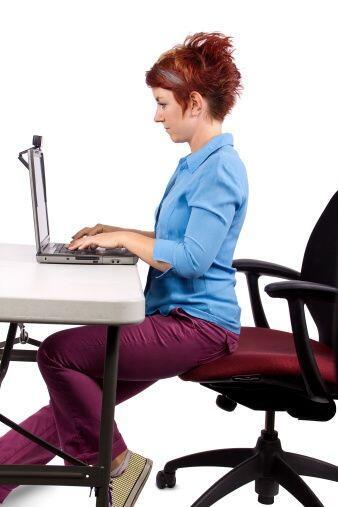 Olvídate de la tensión de la columna y el torso, sentándote en el borde...