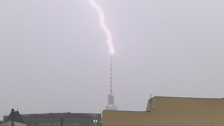 En video: El increíble rayo que impactó la torre de la televisión de Berlín
