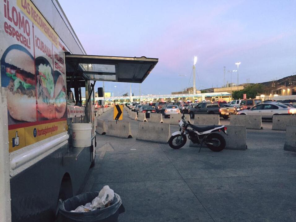Una lonchera vende comida frente a las filas de coches que se dirigen a...