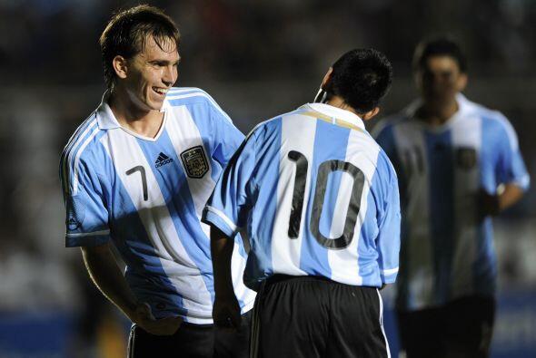 Pablo Mouche, en la foto festejando con Maxi Moralez, anotó dos goles en...