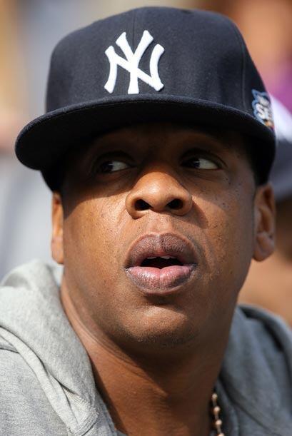 En las tribunas, más cerca del terreno de juego, la estrella del rap, Ja...