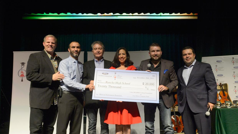 Poncho participó en el donativo de $20 mil dólares en instrumentos music...