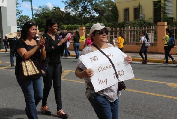 Maestros llevan su protesta al Centro de Bellas Artes y dijeron estar d...