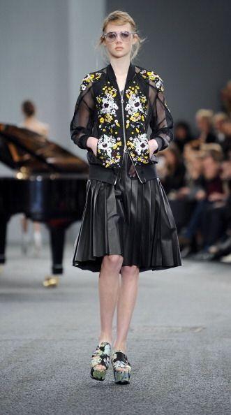 Abrigos, minifaldas y conjuntos completamente en 'leather' en conjunto c...