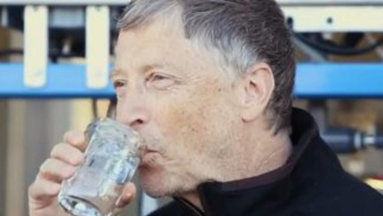 Bill Gats bebe de esta agua. (Imagen tomada del video de YouTube).