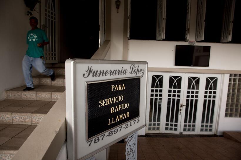 Sin luz, esta funeraria no tiene más opción que solo brindar el servicio...