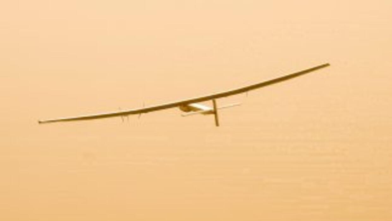 El avión Solar Impulse 2 despega desde Abu Dabi, la primera etapa de una...