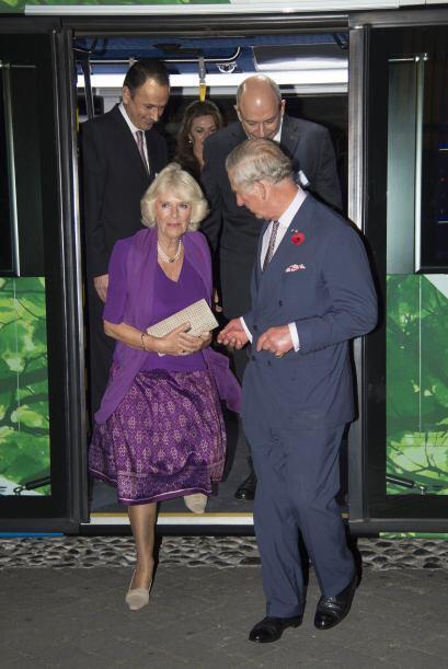 La realeza también tuvo la oportunidad de viajar en el transporte públic...